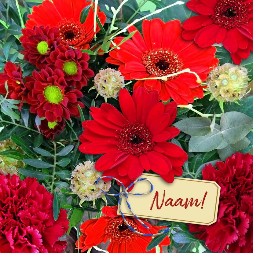 Bloemenkaarten - Mooie bloemenkaart met labeltje tussen rode bloemen