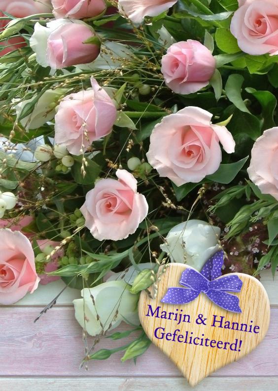 Felicitatiekaarten - Bos rozen met hout en gelukswens op houten hart
