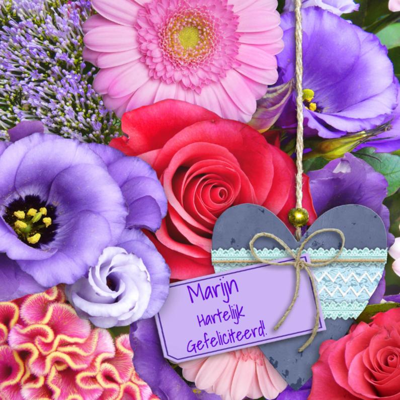 Felicitatiekaarten - Mooie felicitatiekaart met houten hart op bloemen