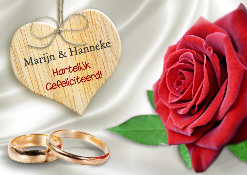 Felicitatiekaarten - Ringen, hart en rode roos op satijnen achtergrond