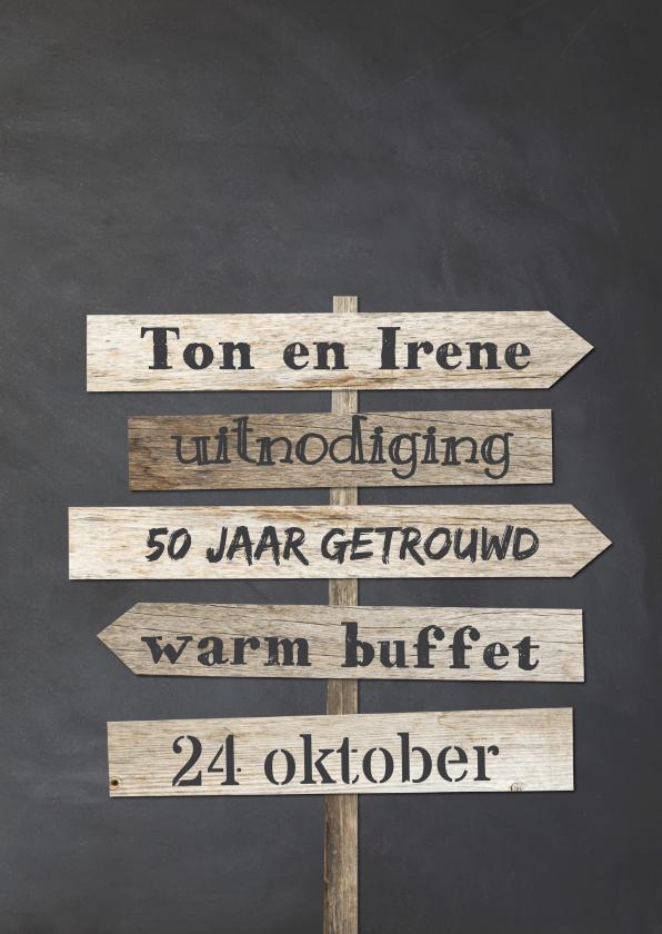 Jubileumkaarten - Krijtbord uitnodiging 50 jaar getrouwd houten wegwijzers