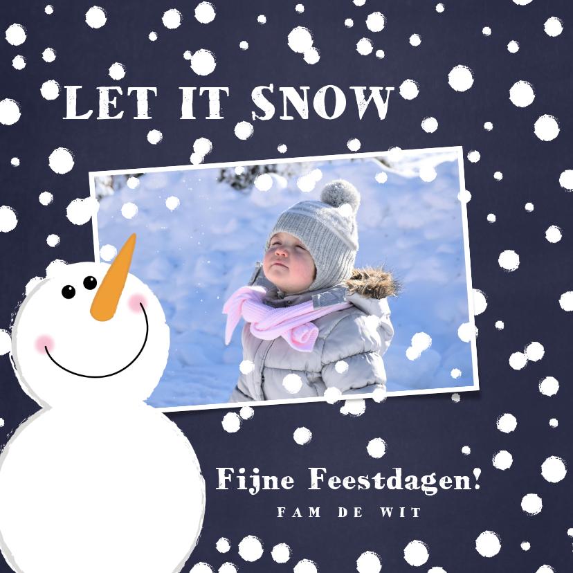 Kerstkaarten - Kerst foto kaart met een schattige sneeuwpop in de sneeuw