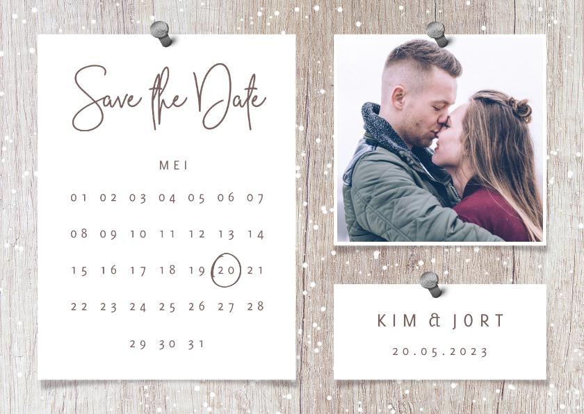 Kerstkaarten - Save the date kalender hout met sneeuw, foto's en spijkers