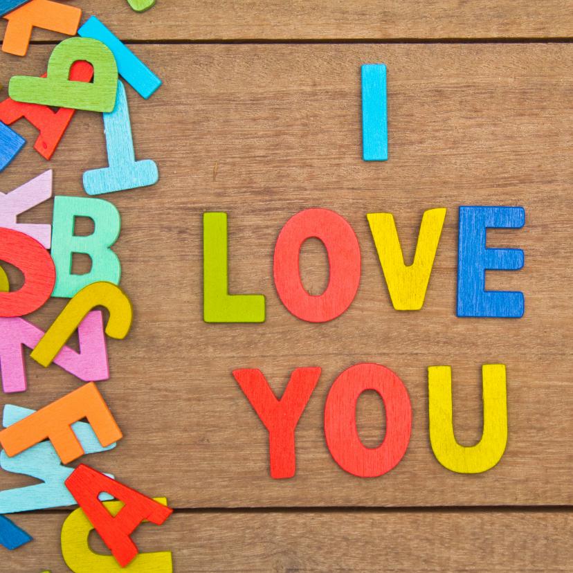 Liefde kaarten - Liefde kaart met houten achtergrond en gekleurde letters