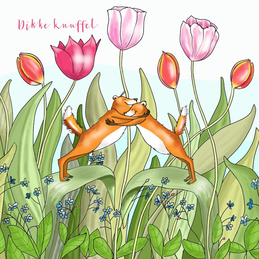 Liefde kaarten - Liefde - knuffelende vosjes tussen de tulpen