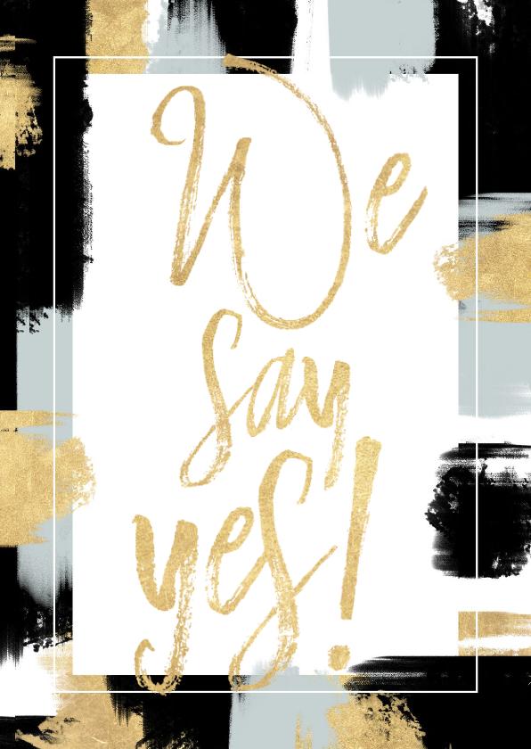 Trouwkaarten - Hippe trouwkaart met verfstrepen en gouden typografie