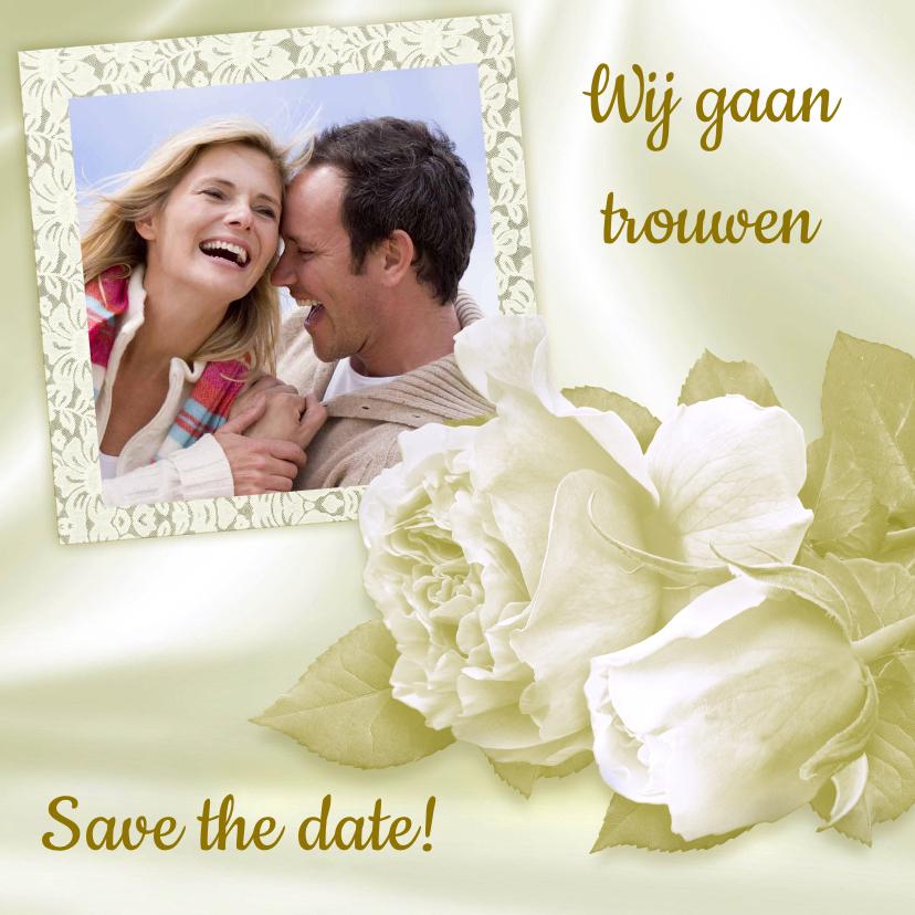 Trouwkaarten - Mooie klassieke trouwkaart met witte rozen en foto op satijn