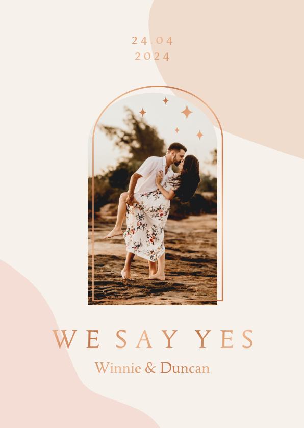 Trouwkaarten - Trendy trouwkaart in roze aardetinten met foto en boog
