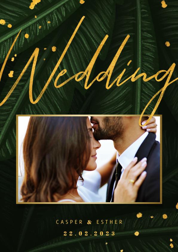 Trouwkaarten - Trouwkaart jungle bladeren met foto en gouden 'wedding'