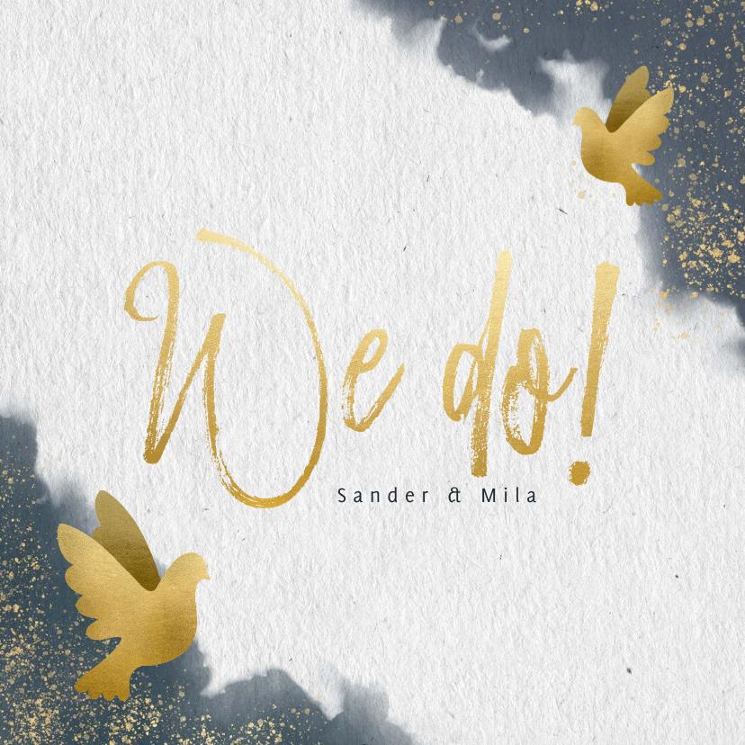 Trouwkaarten - Trouwkaart met blauwe waterverf, gouden duiven en typografie