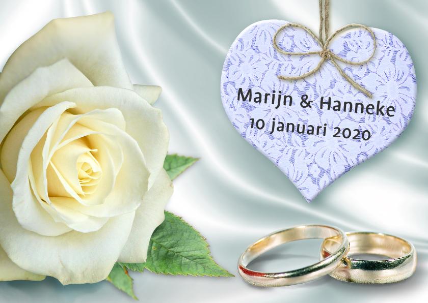 Trouwkaarten - Trouwkaart met ringen, hart en witte roos op satijnprint