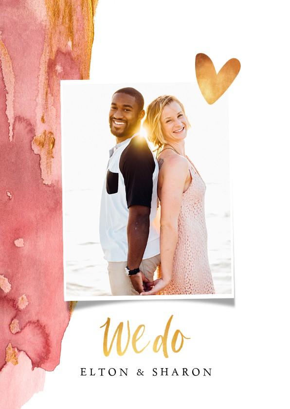Trouwkaarten - Trouwkaart stijlvol waterverf goud met foto en hartjes