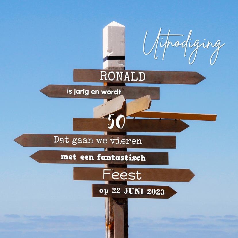 Uitnodigingen - Uitnodiging houten wegwijzers 2 blauwe lucht