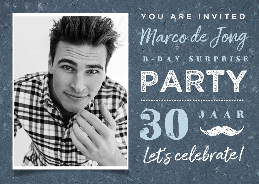 Uitnodigingen - Uitnodiging man stoer blauw met foto en snor