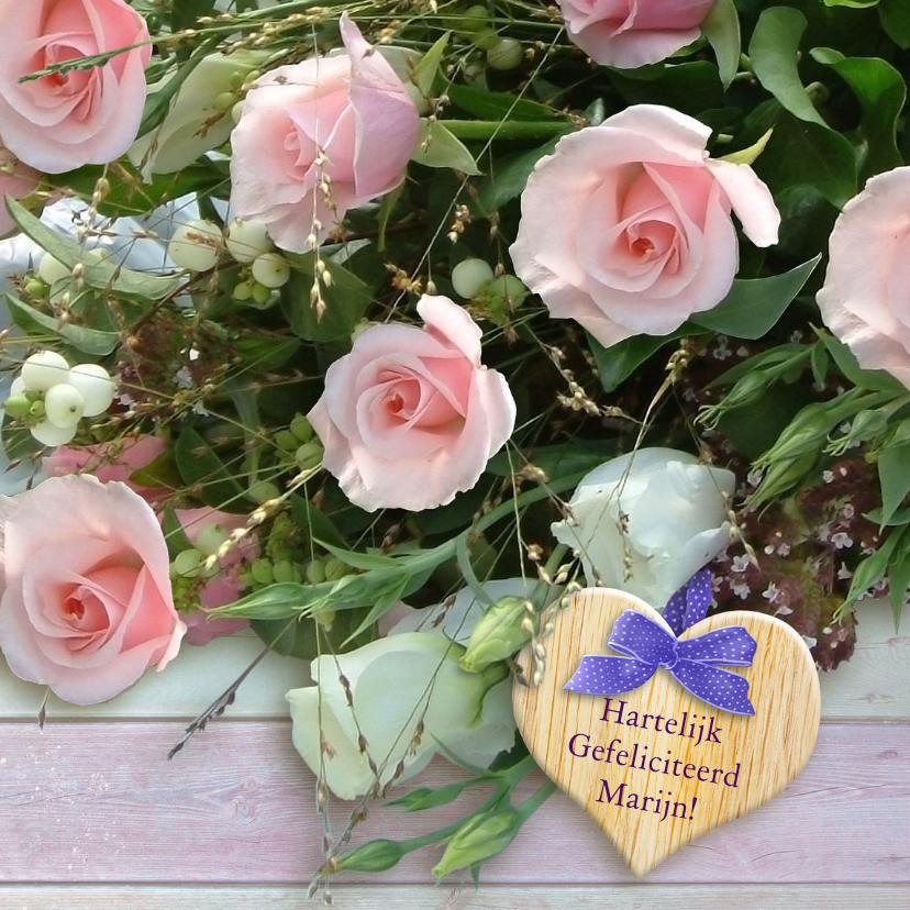 Verjaardagskaarten - Mooi boeket met roze rozen en hart op steigerhout