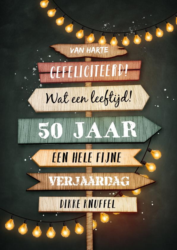 Verjaardagskaarten - Verjaardagskaart krijtbord houten wegwijzers lampjes slinger