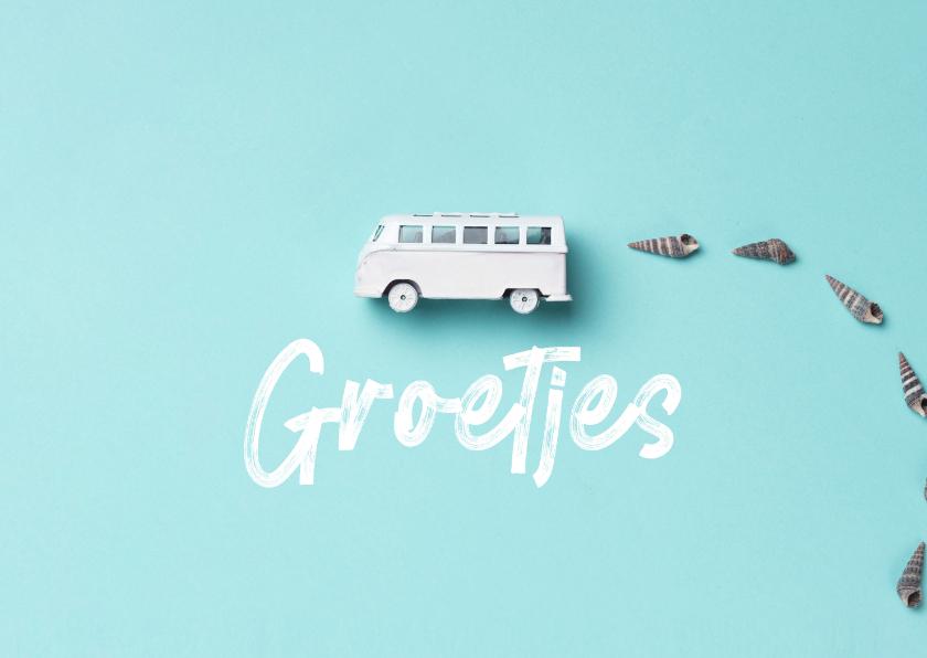 Zomaar kaarten - Zomaarkaart groetjes en een bus op blauwe achtergrond